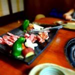l'assiette de viandes et légumes à griller