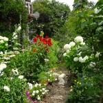 les toutes petites allees bordees de fleurs