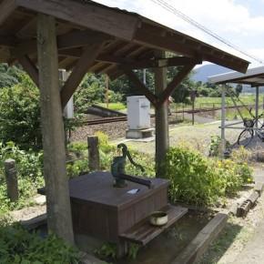 une pompe a eau pour vous rafraichir (gare de komanaki)